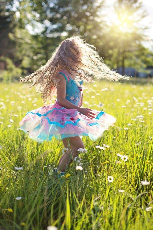 Meisje danst in gras