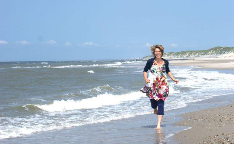 Paula Hijne rennend op het strand